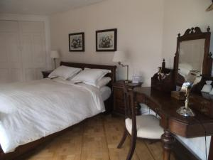 A bed or beds in a room at Tabsfield