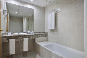 Een badkamer bij Hotel Best Benalmadena