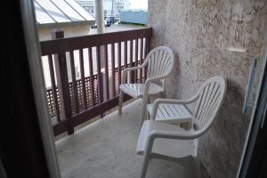 A balcony or terrace at Windswept Motel