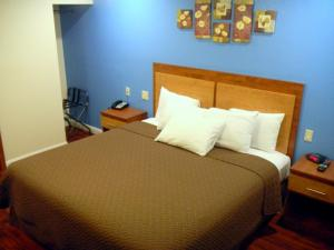 A bed or beds in a room at FairBridge Inn & Suites Merced/Gateway to Yosemite