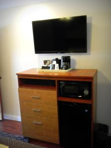 A television and/or entertainment center at FairBridge Inn & Suites Merced/Gateway to Yosemite