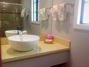 A bathroom at FairBridge Inn & Suites Merced/Gateway to Yosemite