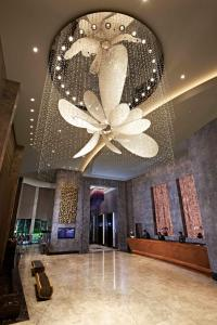 The lobby or reception area at Carlton City Hotel Singapore (SG Clean)