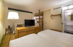 A bed or beds in a room at Pera Neuf