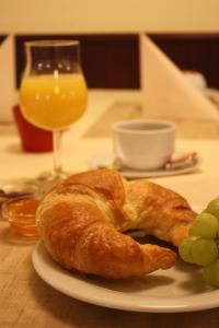 Breakfast options available to guests at Hotel Senator