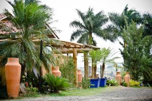 A garden outside Pousada e Restaurante Caminhos do Bom Café