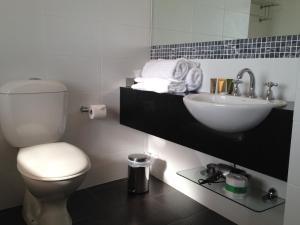 A bathroom at Auldington Hotel