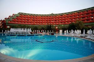 Der Swimmingpool an oder in der Nähe von Delphin Deluxe Resort