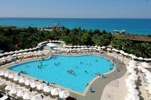Ein Blick auf den Pool von der Unterkunft Delphin Deluxe Resort oder aus der Nähe