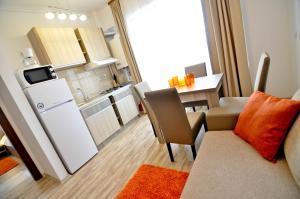 O bucătărie sau chicinetă la Summerland New York Exclusive Apartment - Mamaia