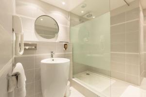A bathroom at Hôtel Amirauté
