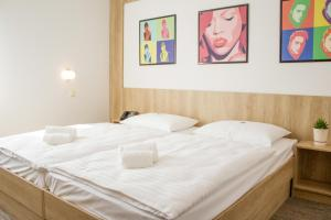 A bed or beds in a room at Hotel Celeia