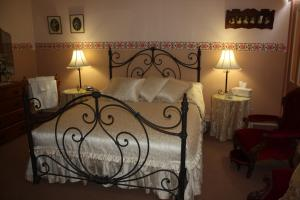 A bed or beds in a room at Westbury Gingerbread Cottages