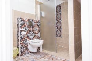 A bathroom at Alexandra House