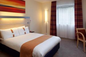 A bed or beds in a room at Holiday Inn Express Walsall M6, J10