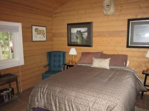 A bed or beds in a room at Six Mile River Resort