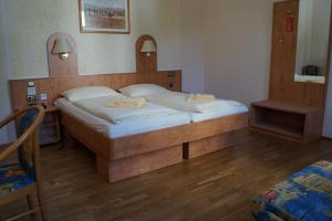 Ein Bett oder Betten in einem Zimmer der Unterkunft Schlosshotel am Hainich