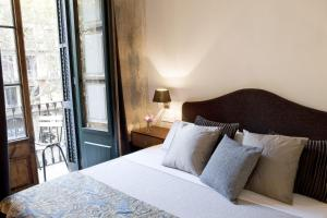 A bed or beds in a room at We Boutique Hotel Barcelona