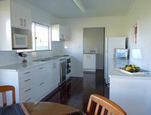 A kitchen or kitchenette at Elliot River Retreat