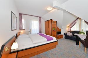 A bed or beds in a room at Rhön-Hotel Sonnenhof - Restaurant & Café