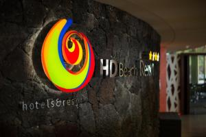 Het logo of bord voor het resort