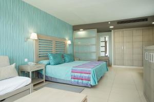 Een bed of bedden in een kamer bij HD Beach Resort