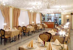 A restaurant or other place to eat at Hotel Prydesnyansky