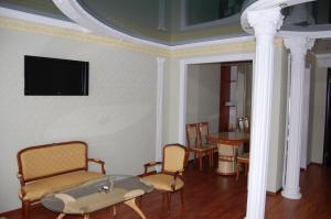 A seating area at Hotel Prydesnyansky