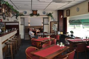 A restaurant or other place to eat at De Poort van Drenthe