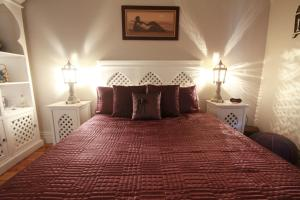 A bed or beds in a room at Pelican Sands Bed & Breakfast