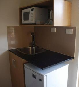 A kitchen or kitchenette at Tocumwal Golf Resort