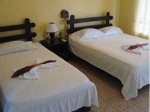 A bed or beds in a room at Hotel el Tropico