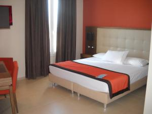 A bed or beds in a room at Hotel Tiber