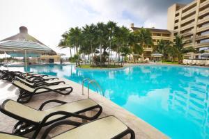 Бассейн в The Royal Islander – An All Suites Resort или поблизости