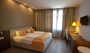 Un pat sau paturi într-o cameră la Hotel Emonec