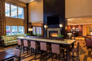 The lounge or bar area at Hampton Inn & Suites Yonkers