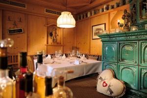 A restaurant or other place to eat at Hirsch - Das Ellwanger Landhotel