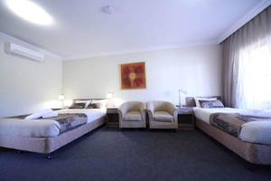 A bed or beds in a room at Gundagai Gabriel Motor Inn