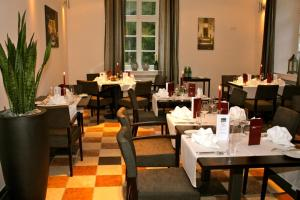 A restaurant or other place to eat at Hotel Gut Landscheid