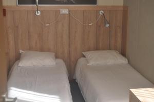 A bed or beds in a room at De Poort van Drenthe