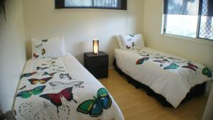 A bed or beds in a room at Tinaroo Sunset Retreat