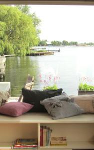 Uitzicht op een rivier vlak bij het appartement