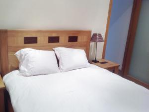 A bed or beds in a room at Little Glebe Cottage