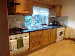 A kitchen or kitchenette at Little Glebe Cottage