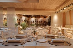 A restaurant or other place to eat at Rafaelhoteles Badalona