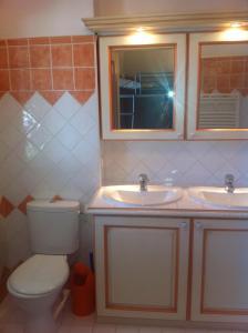 A bathroom at Marinabay 5