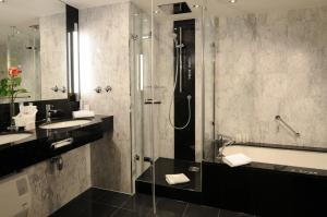 A bathroom at Maritim Hotel München