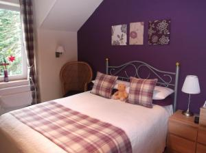 A bed or beds in a room at Foyers Roost