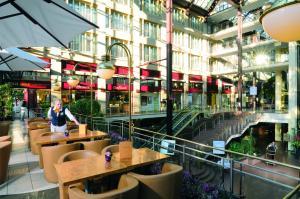 The lounge or bar area at Maritim Hotel Köln