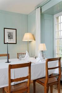Ein Restaurant oder anderes Speiselokal in der Unterkunft Klosterhotel St. Petersinsel